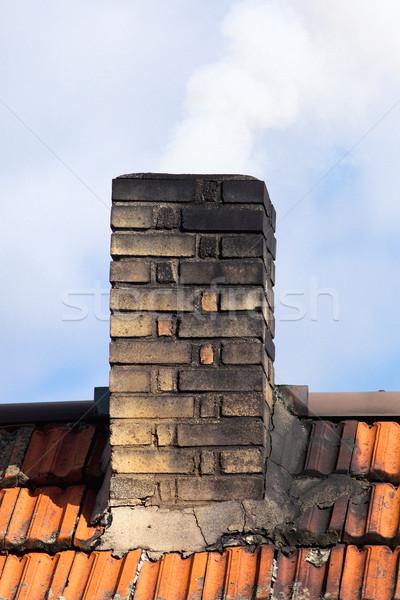 Palenia komin stary dom niebo domu budynku Zdjęcia stock © courtyardpix