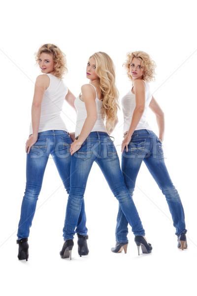 Három fiatal nők alkalmi ruha áll néz izolált Stock fotó © courtyardpix