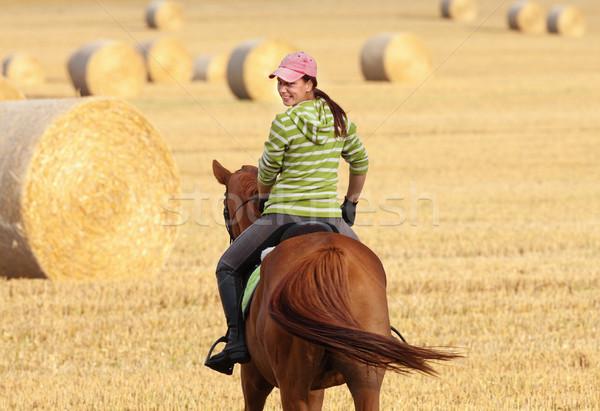 Vrouw paardrijden landschap schoonheid zomer vrouwelijke Stockfoto © courtyardpix