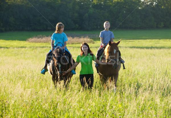 Paardrijden ervaring vrouw leidend twee paarden Stockfoto © courtyardpix