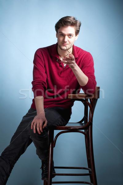 Portré fiatalember barna haj szemüveg kék szék Stock fotó © courtyardpix