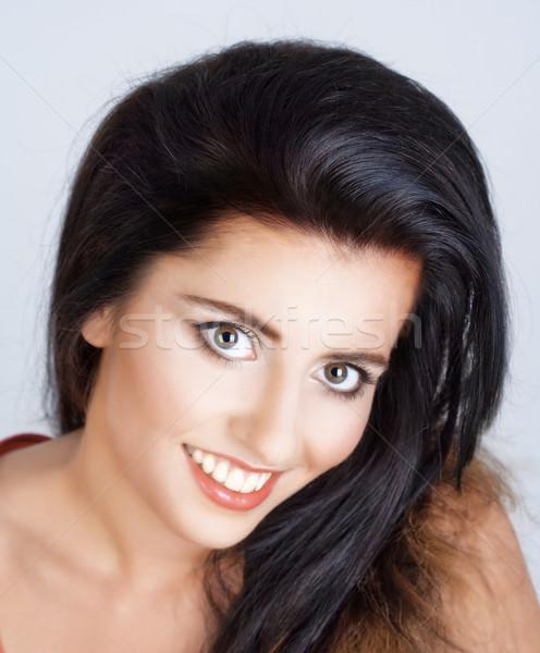 Mulher jovem longo cabelo preto sorridente isolado cinza Foto stock © courtyardpix