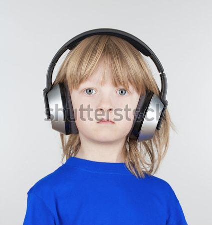 Chłopca słuchawki długo blond włosy słuchanie muzyki Zdjęcia stock © courtyardpix