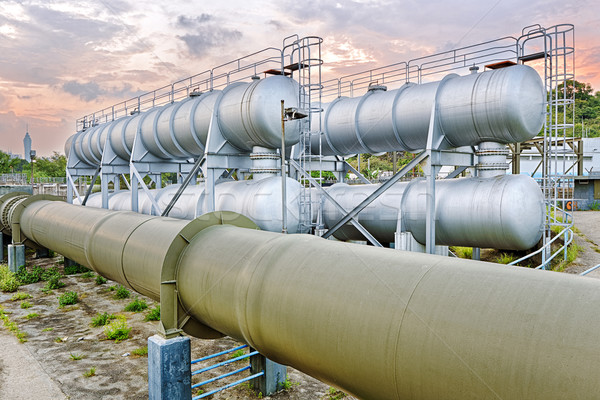Óleo alto indústria refinaria fábrica pôr do sol Foto stock © cozyta