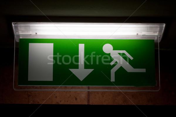 Emergência sinal de saída edifício fogo parede noite Foto stock © csakisti