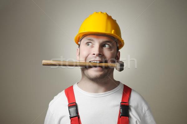 Insano jovem trabalhador louco handyman martelo Foto stock © CsDeli