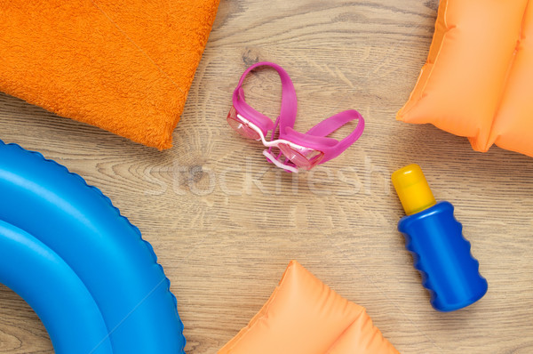 Kislányok tengerpart kellékek fapadló gyermek nyár Stock fotó © CsDeli
