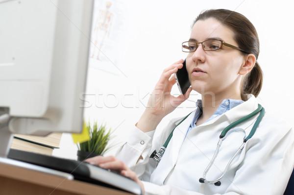 Stock fotó: Portré · orvos · mobiltelefon · női · iroda · számítógép