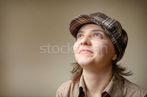 Jonge vrouw glimlachend cap portret vrouw glimlach Stockfoto © CsDeli
