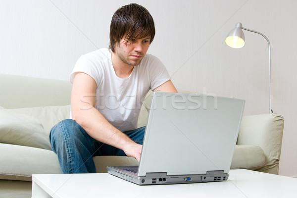 Homem trabalhando computador portátil moço sessão sofá Foto stock © ctacik