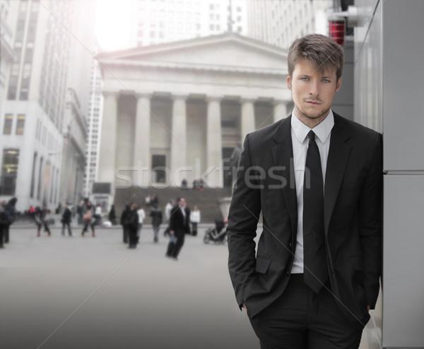 Zakenman jonge aantrekkelijk buitenshuis zakenwijk gebouwen Stockfoto © curaphotography