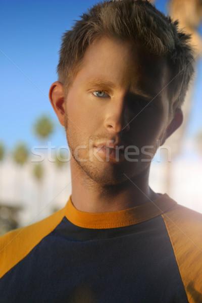 Szőke fickó bámul fiatalember kék ég mögött Stock fotó © curaphotography