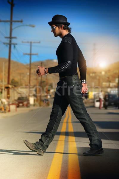 Hombre caminando cadera elegante calle sombrero Foto stock © curaphotography