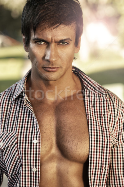 Grave uomo outdoor ritratto guardando shirt Foto d'archivio © curaphotography