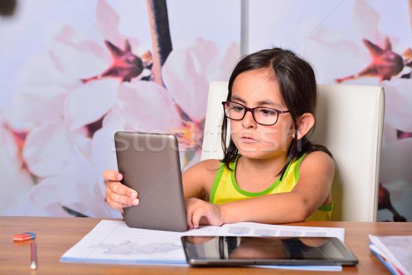 Dziewczynka ebook praca domowa domu rodziny Zdjęcia stock © cwzahner