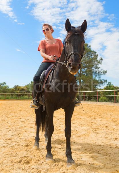 Stockfoto: Paardrijden · meisje · paard · glimlachend · zwarte · hengst