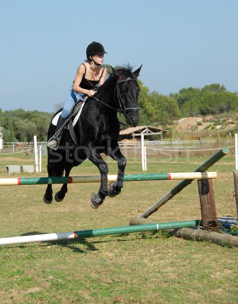 Szkolenia skoki młodych nastolatek czarny ogier Zdjęcia stock © cynoclub