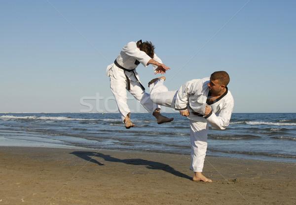 Taekwondo kickboxing formazione due giovani uomini spiaggia Foto d'archivio © cynoclub