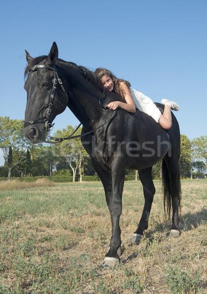 Jonge paardrijden meisje jong meisje zwarte hengst Stockfoto © cynoclub