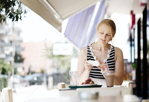 Aantrekkelijke vrouw foto gebak mobiele Stockfoto © d13