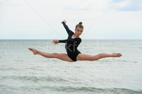 Gymnast danser springen zee strand jonge Stockfoto © d13