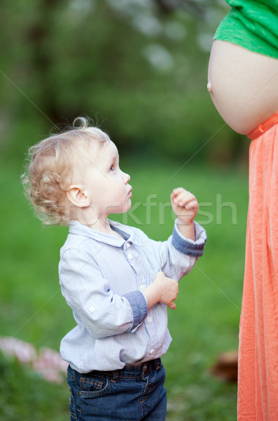 Cute weinig jongen naar zwangere Stockfoto © d13