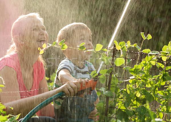 Сток-фото: матери · молодые · сын · играет · воды · смеясь