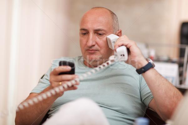 Zakenman kantoor twee telefoons volwassen Stockfoto © d13