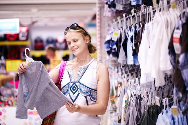Moeder winkelen kleding aantrekkelijk jonge detailhandel Stockfoto © d13