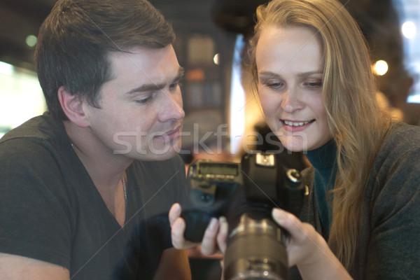 Jongeren naar foto's camera jonge man vrouw Stockfoto © d13