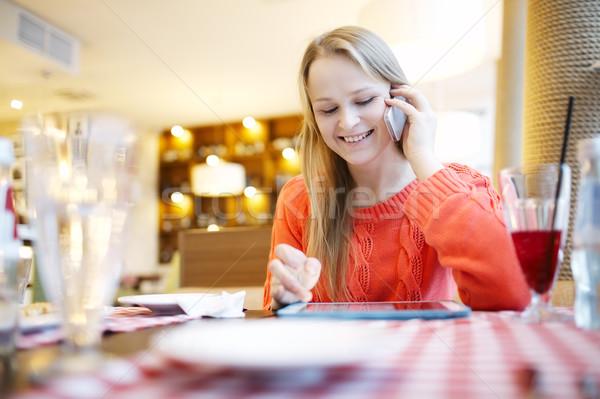 Frau Kaffeehaus Touchpad Telefon Telefongespräch Stock foto © d13
