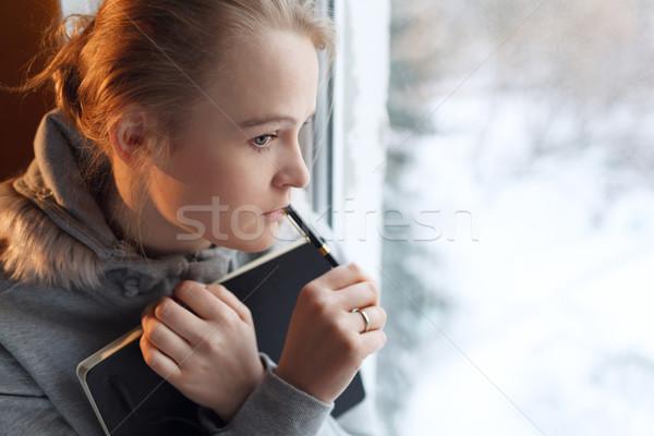 Młoda dziewczyna głęboko myśli okno notebooka Zdjęcia stock © d13