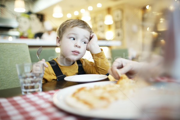 Nudzić mały chłopca restauracji posiedzenia pusty Zdjęcia stock © d13