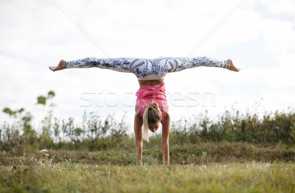 Meisje opleiding outdoor jong meisje buitenshuis permanente Stockfoto © d13