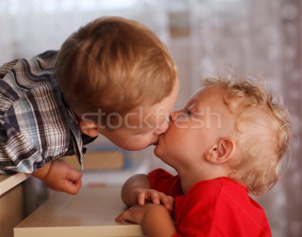 Stock fotó: Aranyos · testvérek · kettő · kicsi · fiútestvérek · csók