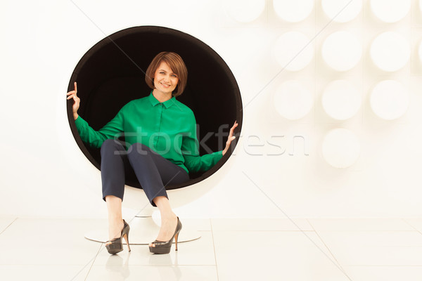 Elegante donna seduta sferico sedia sorridere Foto d'archivio © d13