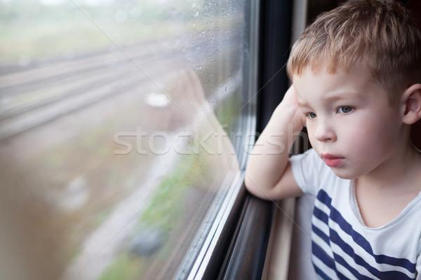 Nino mirando fuera ventana tren curioso Foto stock © d13