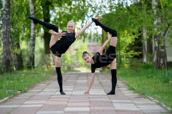 Fiatal tornász lányok pózol szabadtér kettő Stock fotó © d13