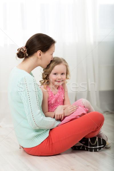 Madre besar pequeño hija jóvenes hermosa Foto stock © d13