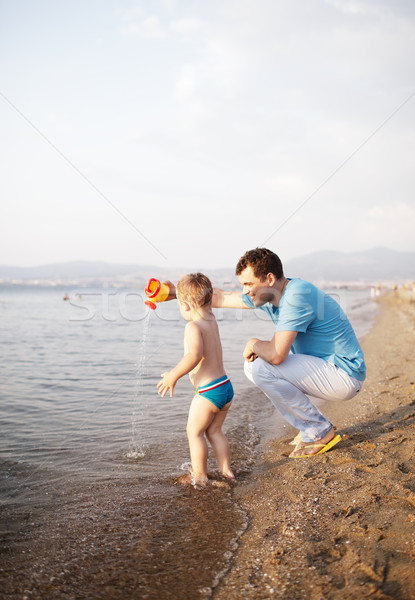 Jonge vader spelen zoon strand hurken Stockfoto © d13
