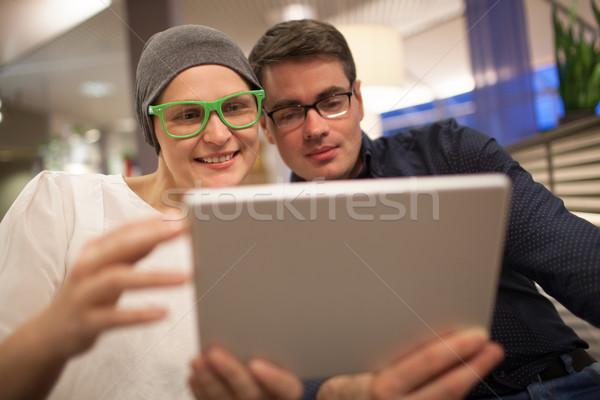 Man vrouw elektronische tablet restaurant jonge Stockfoto © d13