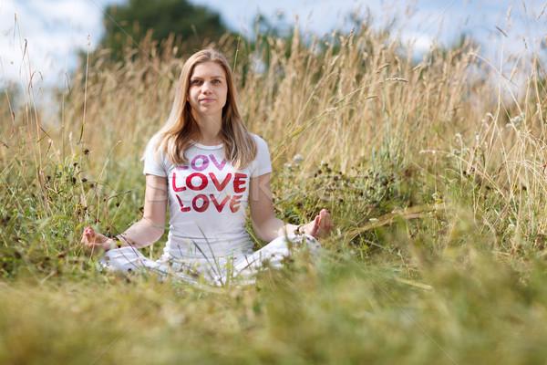 Jong meisje mediteren veld witte tshirt meisje Stockfoto © d13