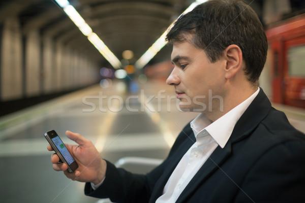 Jeune homme lecture sms smartphone métro jeunes Photo stock © d13