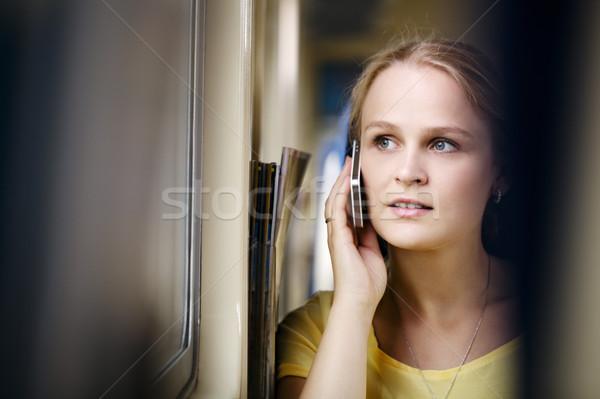 Vrouw praten telefoon jonge vrouw trein naar Stockfoto © d13