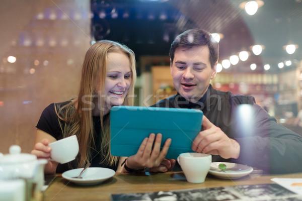 молодые люди питьевой кофе глядя счастливым молодым человеком Сток-фото © d13