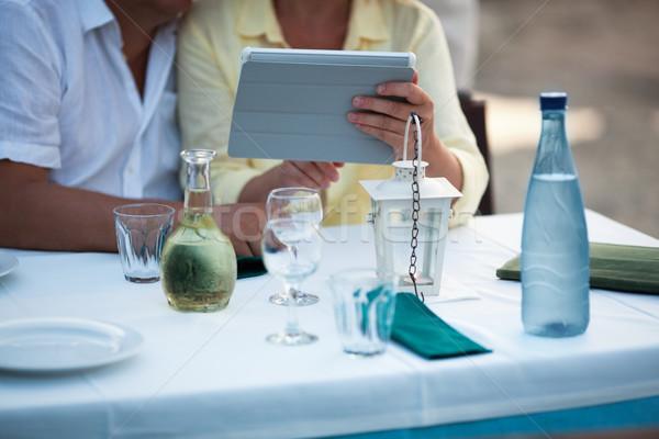 Paar tablet tabel zitten wachten Stockfoto © d13