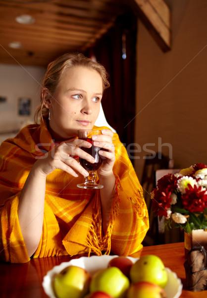 Nostalgia giovani bella donna bere tè guardando Foto d'archivio © d13