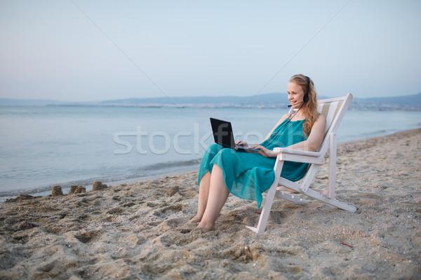 женщину говорить skype пляж расслабляющая шезлонг Сток-фото © d13