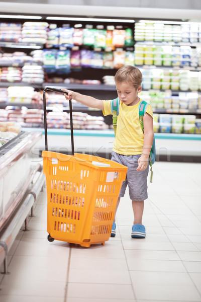 Weinig jongen groot winkelwagen store supermarkt Stockfoto © d13
