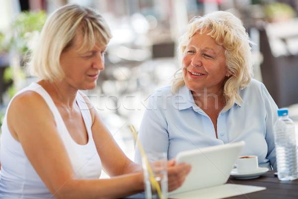 Starszy kobiet czasu zewnątrz Kafejka szczęśliwy Zdjęcia stock © d13